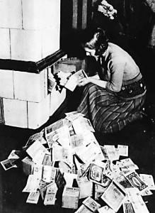 Инфляция 1923-24 годов:  Немка топит печь банкнотами, которые горят дольше, чем дрова, которые можно за них купить.