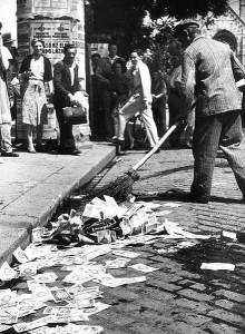 Цены в магазинах менялись несколько раз в день и часто люди были вынуждены тратить свою зарплату сразу же, чтобы купить хоть какие-то товары, иначе уже через день зарплата обесценивалась.