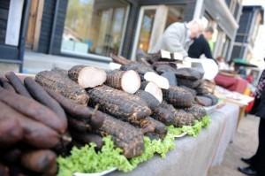 Субботний рынок крестьянских продуктов в центре Риги