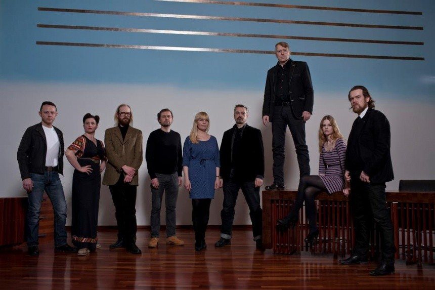 Мэр и его команда (слева направо): Карл Сигурсон, «еврейка с грубоватым юмором» Эльза Йоман, басист хеви-метал-группы Оттар Проппе, бывший партнер по группе Bjork Эйнар Орн, Ева Эйнарсдоттир, Палл Хьялтсон, мэр Йон Гнарр, Хейда Кристин и «Князь тьмы» Бьёрн Блёндаль (крайний справа) в ратуше Рейкьявика