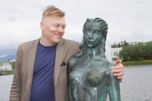 На страничке в Facebook Йон Гнарр часто опубликовывал снимки, на которых он позировал в обнимку с электоратом — и памятниками