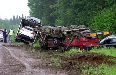 Автовоз съехал с дороги